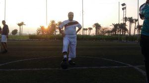 د. أسامة بدير يرتدى زى الزمالك استعدادا للمباراة